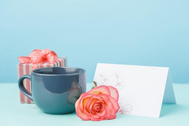 ピンクのバラ、花、テーブルのギフトの背景が大好き 無料写真