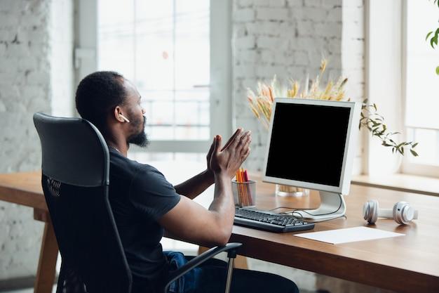 Бизнесмен работает в офисе Бесплатные Фотографии