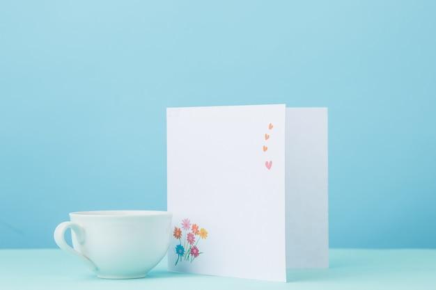 テーブルの上のカードとカップのギフトと背景が大好き 無料写真