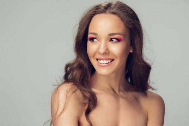 Красивая молодая женщина позирует Бесплатные Фотографии