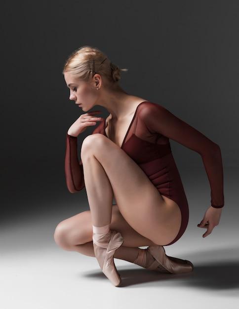 若い美しいモダンダンサーのポーズ 無料写真