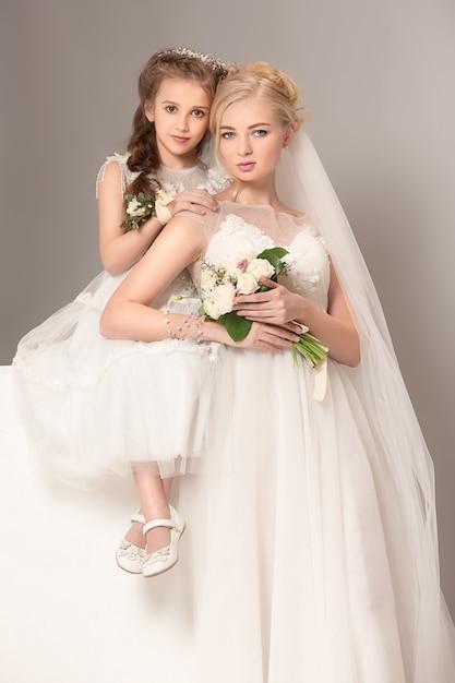 ウェディングドレスに身を包んだ花とかわいい女の子 無料写真