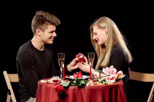 驚いた女性に結婚を提案している男 無料写真