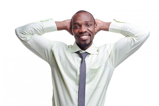 Портрет красивого молодого улыбающегося черного африканца Бесплатные Фотографии