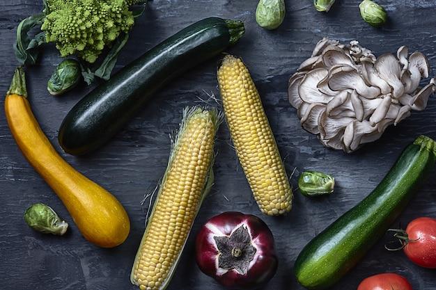 Органические овощи на деревянный стол. вид сверху Бесплатные Фотографии