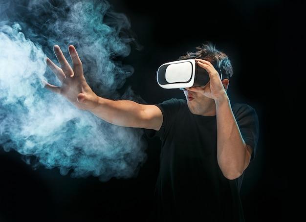 Человек в очках виртуальной реальности. концепция будущей технологии. Бесплатные Фотографии