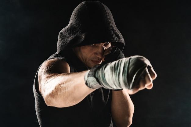 包帯で筋肉の男のクローズアップ手 無料写真