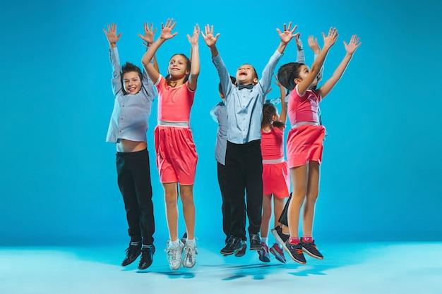 キッズダンススクール、バレエ、ヒップホップ、ストリート、ファンキーでモダンなダンサー 無料写真
