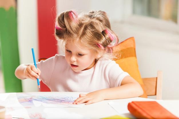 Молодая мать и ее маленькая дочь, рисование карандашами в домашних условиях Бесплатные Фотографии