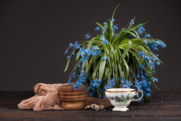 レモンとテーブルの上の青いサクラソウの花束とお茶 無料写真