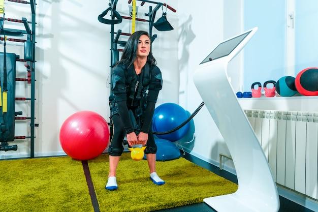 Спортсменка делает упражнения в фитнес-студии Бесплатные Фотографии