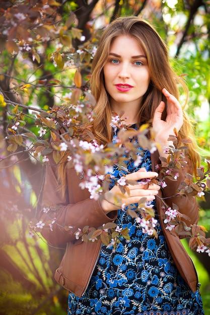Красивая белокурая женщина в парке на теплый весенний день Бесплатные Фотографии