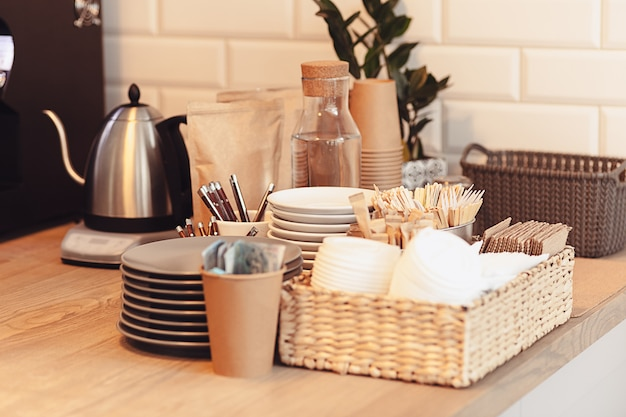 コーヒーハウスのカウンターの上のコーヒーのテーブルセッティング 無料写真