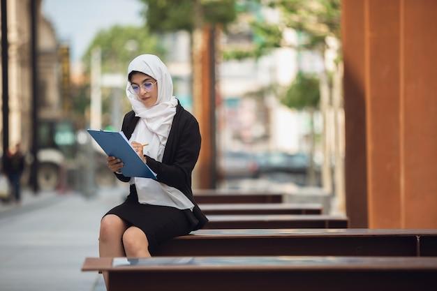 Красивый мусульманский портрет успешной бизнес-леди, уверенно счастливый генеральный директор Бесплатные Фотографии