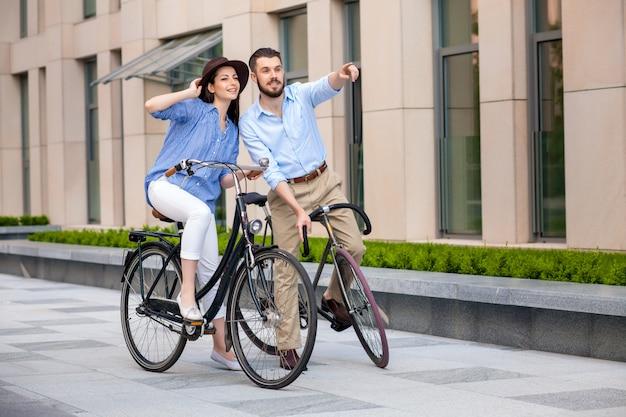 Романтическое свидание молодой пары на велосипедах Бесплатные Фотографии