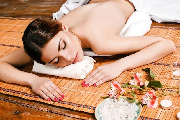 Красивая молодая женщина в спа салоне Бесплатные Фотографии