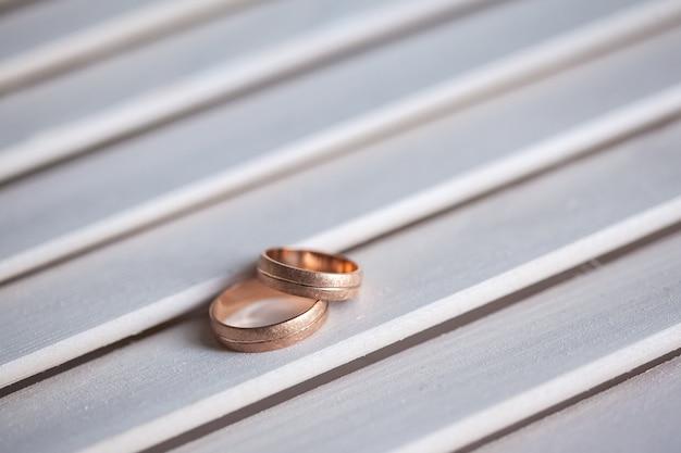 木製のテーブルに結婚指輪をクローズアップ 無料写真