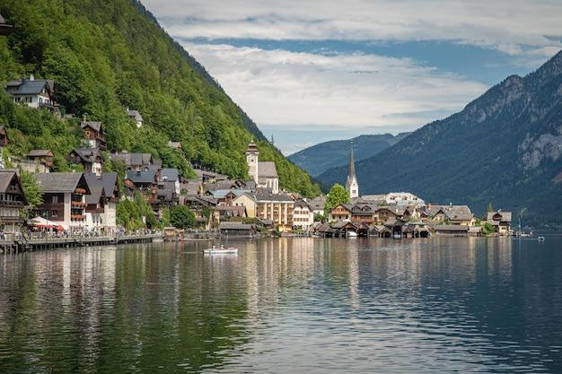 夏の観光シーズン中にオーストリアの町ハルシュタットの湖を見る Premium写真