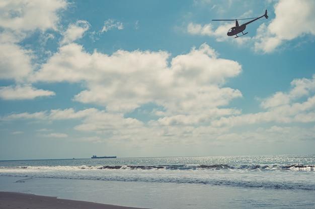 オーシャンビーチのヘリコプターパトロール Premium写真