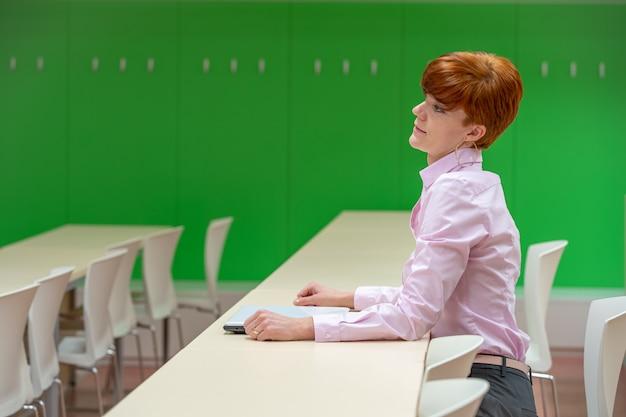 Молодая красивая женщина на лекции в университете работает на ноутбуке Premium Фотографии