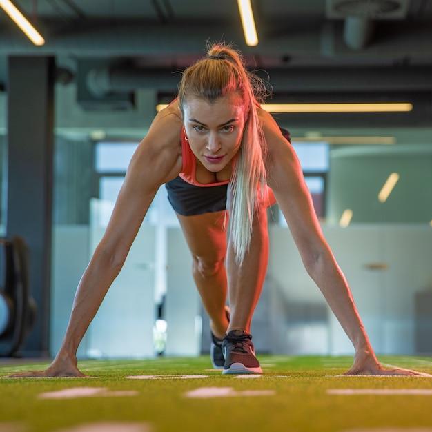 Молодая привлекательная спортсменка готовится к марафону в тренажерном зале Premium Фотографии