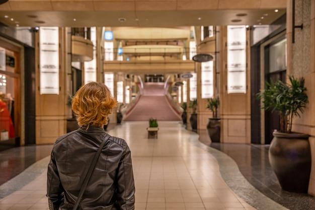 ハリウッドドルビーシアターの女性が映画で最高の演技をするためにオスカー像のレッドカーペットの上を歩く夢 Premium写真
