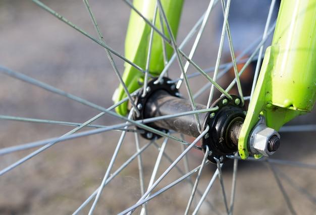 自転車の車輪、クローズアップの詳細をクローズアップ。エコとスポーツライフのコンセプト Premium写真