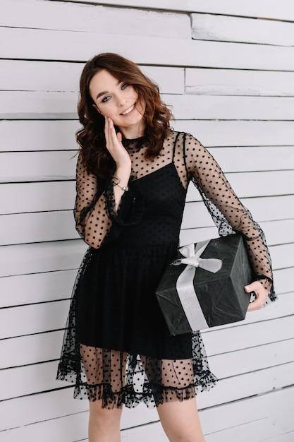 Портрет красивой девушки с подарком в коробке Premium Фотографии