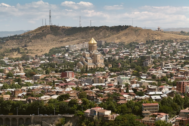 グルジアの国の首都トビリシの眺め。ナリカラ要塞からの眺め。 Premium写真