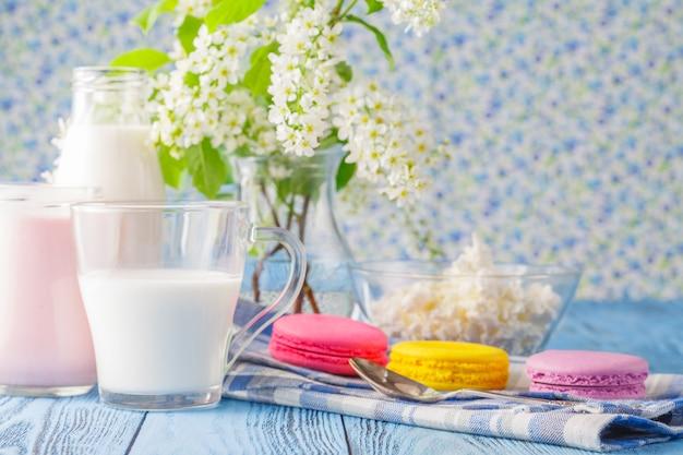 Стакан молока с французским миндальным печеньем Premium Фотографии