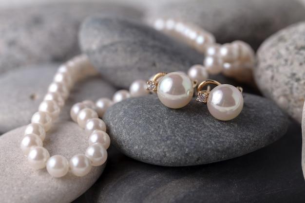 真珠のネックレスとイヤリング Premium写真