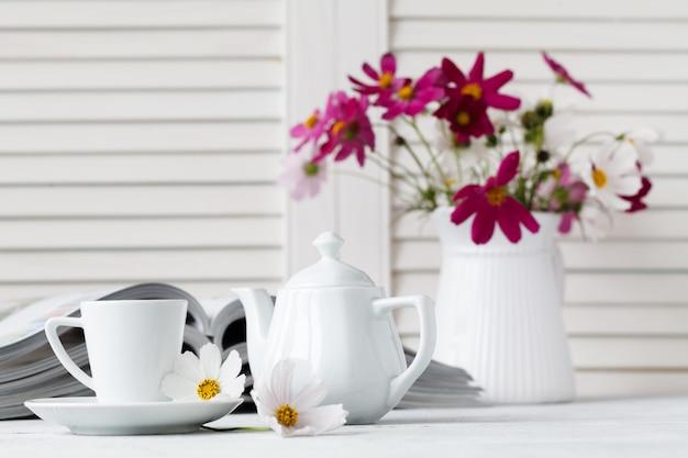 Чтение журнала и пить кофе на деревянный стол Premium Фотографии