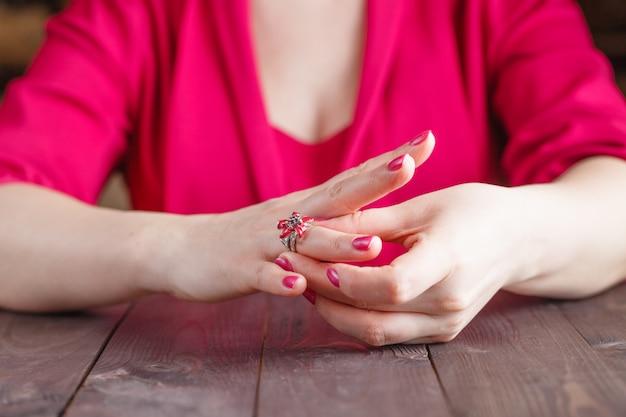Снятие с пальца обручального кольца Premium Фотографии