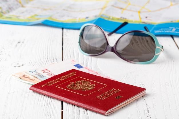Концепция путешествия на карте. планирование путешествия. вид сверху на аксессуары для путешественников и место для копирования Premium Фотографии