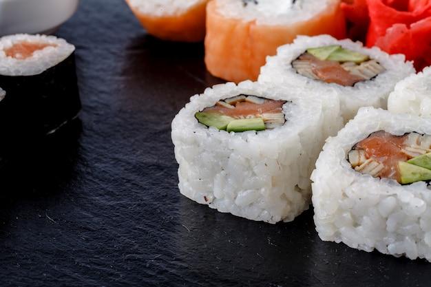 寿司セットにぎり、巻き寿司、刺身、石板 Premium写真