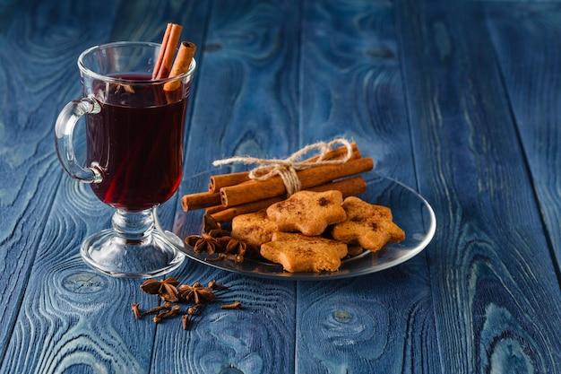 シナモン、オレンジ、アニス、その他のスパイスを使ったグリューワインの伝統的なホットスパイスアルコールの冬季飲料。感謝祭の休日のお祝いのレシピ Premium写真