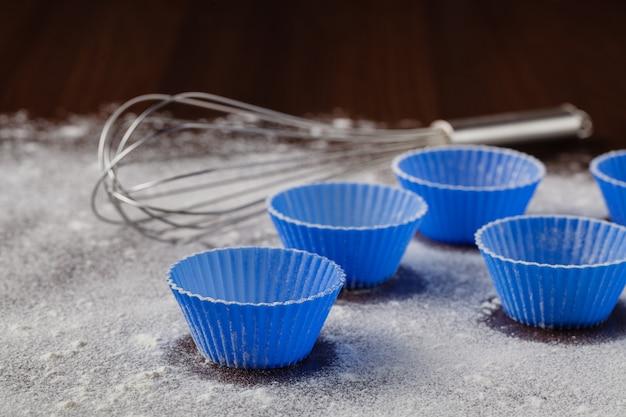 Ингредиенты для выпечки кексов на деревянный стол, крупным планом Premium Фотографии
