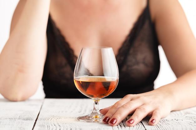 コニャックのグラスを飲む女性 Premium写真