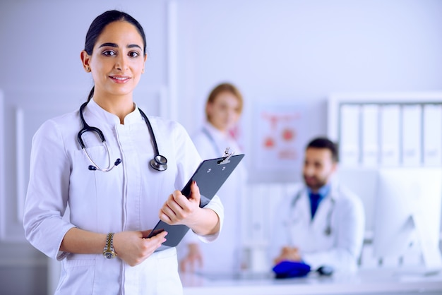 Арабский доктор стоит перед своей командой в больнице Premium Фотографии