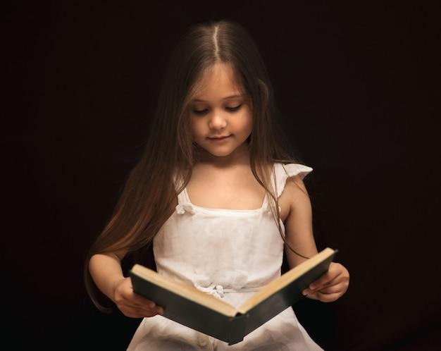 少女は魔法の本を読んでいます Premium写真