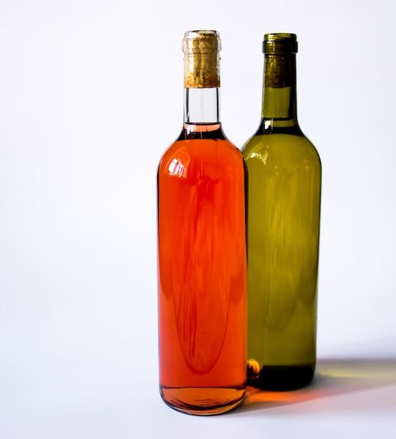 分離されたボトルの赤と白ワイン Premium写真