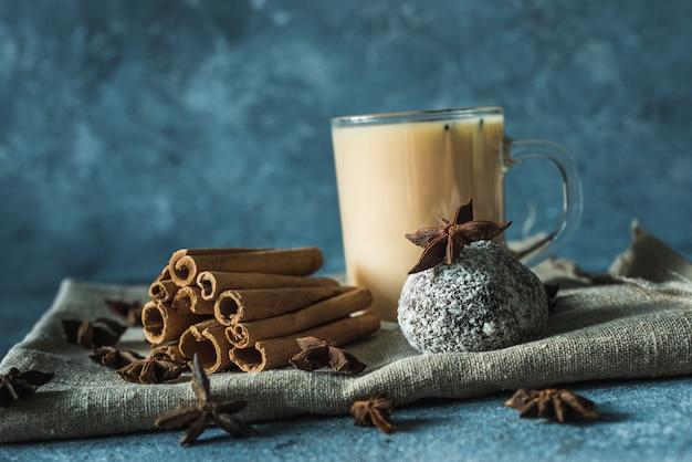 シナモンとスターアニスとマサラ茶のカップ Premium写真