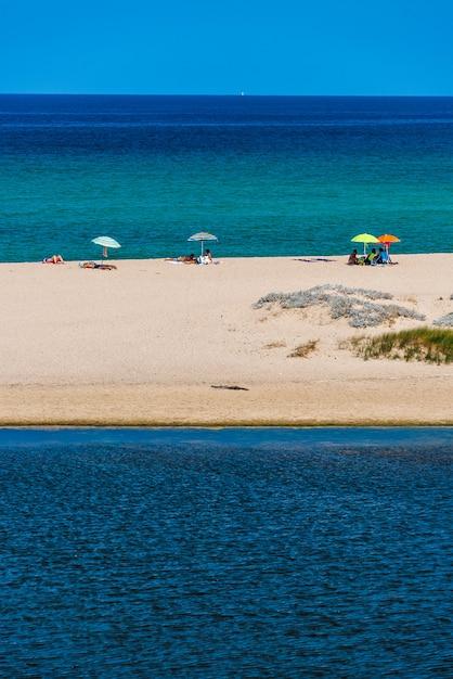 Песчаный пляж на сардинии Premium Фотографии