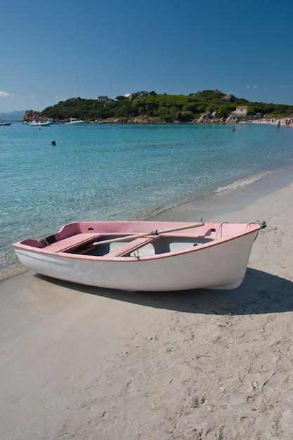 サンタマリア島の小さなピンクのボート Premium写真