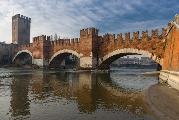 Кастельвеккио и его мост в вероне Premium Фотографии