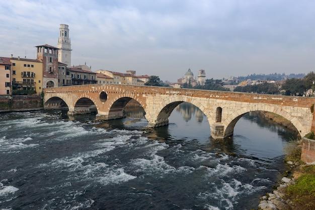 Понте пьетра в старом городе вероны Premium Фотографии