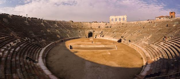 Арена верона. римский амфитеатр на пьяцца бра в вероне Premium Фотографии