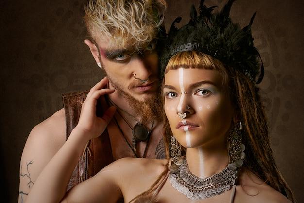 Женщина и мужчина с этничной росписью Бесплатные Фотографии