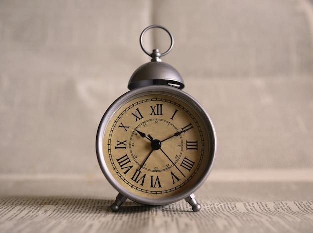 グレーの目覚まし時計をオンにしました 無料写真