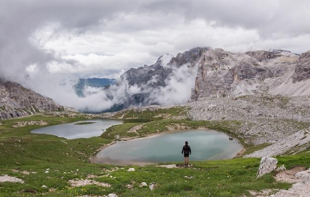 水域の近くに立っている人 無料写真